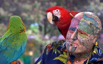 Ο άνθρωπος που ξοδεύει όλη τη σύνταξή του για να μοιάσει στον παπαγάλο του