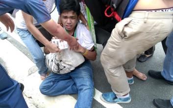 Αστυνομικό όχημα περνά πάνω από διαδηλωτές στις Φιλιππίνες