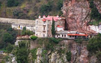 Το μοναστήρι που μοιάζει σα να κρέμεται από τους βράχους