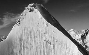 Ο τολμηρός σκιέρ που αναμετράται με το παγωμένο βουνό