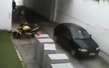 Αυτοκίνητο... ξεπαρκάρεται μόνο του από γκάφα του οδηγού