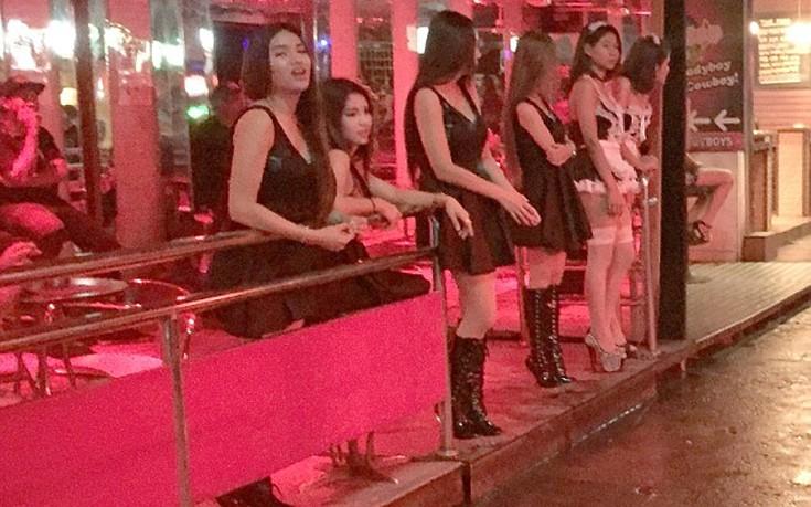 Επέστρεψαν τα «κόκκινα φανάρια» της Ταϊλάνδης μετά το θάνατο του βασιλιά