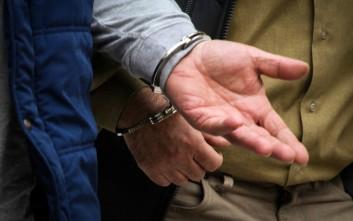 Πατέρας και οι δύο γιοι του συνελήφθησαν για ναρκωτικά και όπλα ...