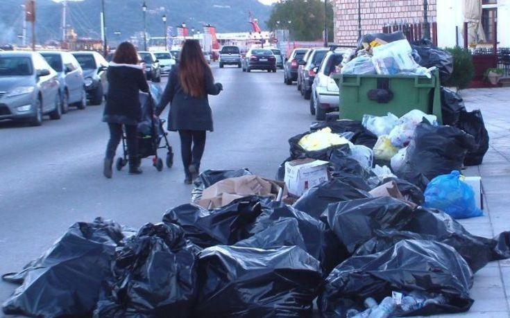 Μαζεύουν τα «βουνά» των σκουπιδιών στην Ζάκυνθο