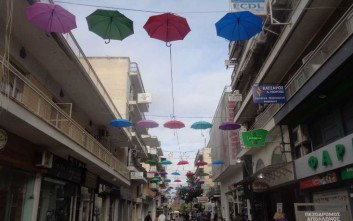 Αιωρούμενες πολύχρωμες ομπρέλες στολίζουν τα Τρίκαλα