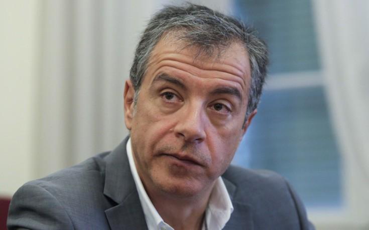 Θεοδωράκης: Δεν θα είναι προς όφελος της χώρας να μείνει μόνη με τον Σόιμπλε