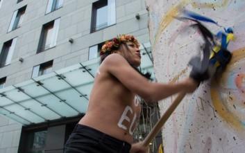 Aκτιβίστρια των Femen επιτέθηκε στον απερχόμενο πρόεδρο της Τσεχίας