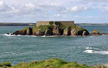 Το απομονωμένο νησί στην Ουαλία με το ιδιωτικό οχυρό