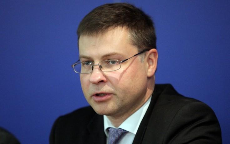 Ντρομπρόβσκις: Να συνδεθεί η ελάφρυνση του χρέους με την ανάπτυξη