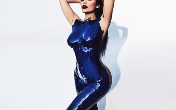 Το γυμνό κορμί της Kylie Jenner καλυμμένο με μπλε μπογιά