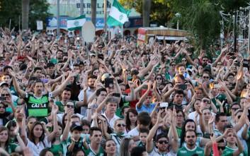 Χιλιάδες οπαδοί προσεύχονται για τα θύματα της Σαπεκοένσε