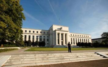 Αμετάβλητα άφησε η Fed τα επιτόκια στις ΗΠΑ