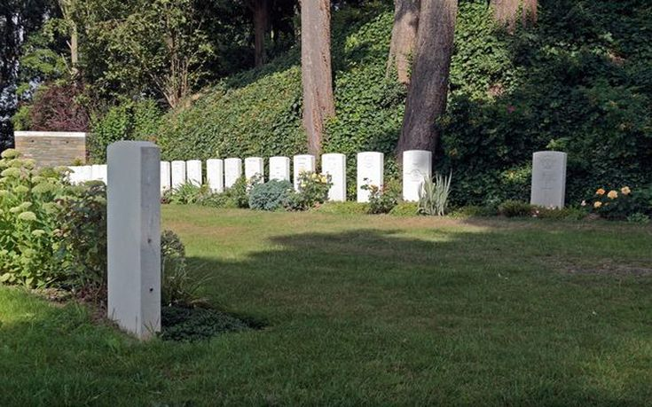 Graves-of-the-first-last-British-soldiers-to-die-in-World-War-One