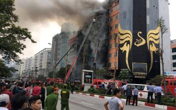 Πεντάωρη μάχη με τις φλόγες σε μπαρ του Ανόι