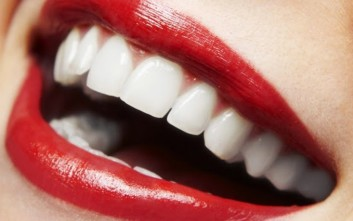 Τρία κόλπα για πιο λευκά δόντια