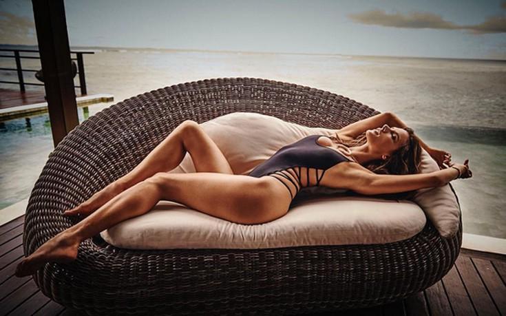 Ολόγυμνη και βρεγμένη η Alessandra Ambrosio