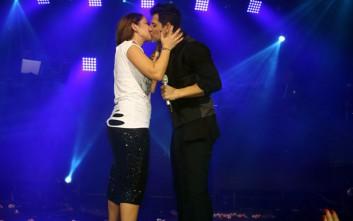 Το φιλί Ρουβά-Ασλανίδου στη σκηνή