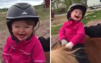 Η αξιολάτρευτη αντίδραση ενός παιδιού που κάνει ιππασία