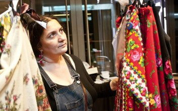 Γνωστή σχεδιάστρια από την Ουγγαρία προωθεί την κουλτούρα των Ρομά