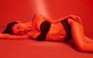 Η Bella Hadid με τα εσώρουχα σε κόκκινο φόντο