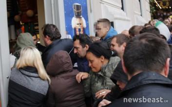 Ουρές και σπρωξίματα στην Ελλάδα για τη Black Friday
