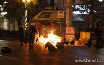 Μολότοφ και δακρυγόνα στη Σταδίου για την επίσκεψη Ομπάμα