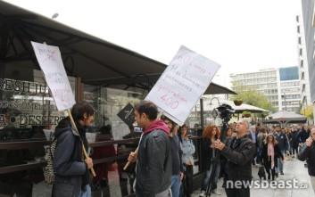 Η «γενιά των 400 ευρώ» διαμαρτύρεται για τη Black Friday