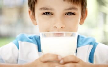 Τα παιδιά που πίνουν γάλα φυτικής προέλευσης γίνονται πιο κοντά
