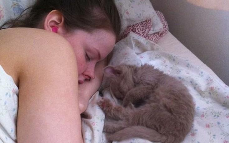 Το «μυστήριο» της γυναίκας που ξάπλωσε ένα βράδυ στον καναπέ και δεν ξύπνησε για έξι μήνες