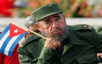 Φοιτητές με σημαίες της Κούβας φώναζαν «Viva Fidel!»