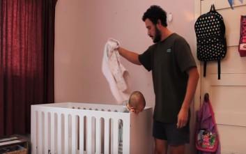 Ένας μπαμπάς δίνει συμβουλές για το πώς να κοιμηθεί γρήγορα το μωρό σας