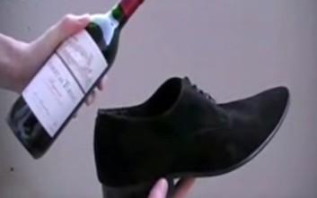 Πώς να ανοίξετε ένα μπουκάλι κρασί με το παπούτσι σας