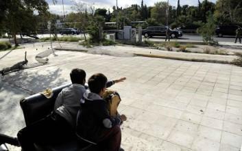 Δύο προσφυγόπουλα στην Αθήνα, μία σκισμένη πολυθρόνα και ο Ομπάμα