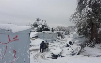 Μετέφεραν τους πρόσφυγες από τον καταυλισμό που είχε θαφτεί στο χιόνι