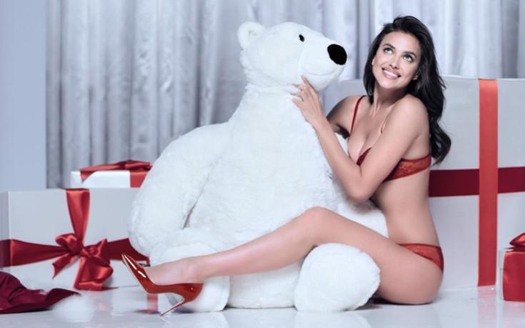 Η Irina Shayk ανοίγει τα χριστουγεννιάτικα δώρα με τα εσώρουχα ... 4b43158dbb4