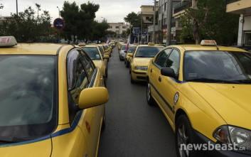 Έξω από το υπουργείο Μεταφορών οι οδηγοί ταξί