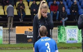 Πρόταση γάμου από ποδοσφαιριστή σε επόπτρια πριν τη σέντρα