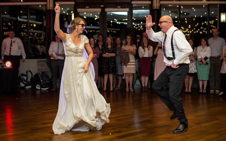 Ο πιο επικός χορός μπαμπά και κόρης σε γάμο
