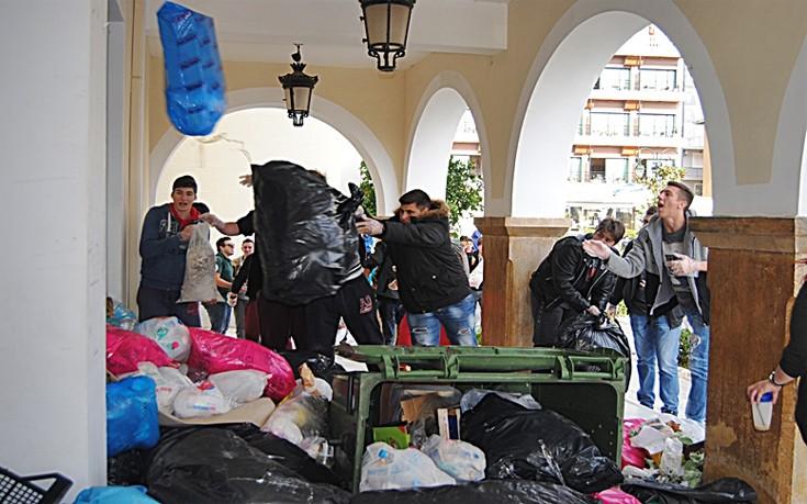 Πέταξαν αυγά, πορτοκάλια, ντομάτες και σκουπίδια στο δημαρχείο Ζακύνθου