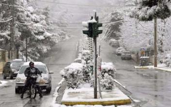 Χιονίζει μέσα στην πόλη των Ιωαννίνων