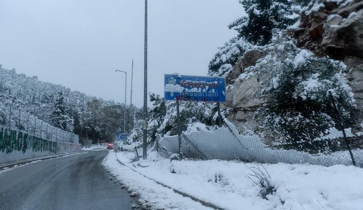 Πού έχει διακοπεί η κυκλοφορία και πού χρειάζονται αλυσίδες λόγω χιονόπτωσης