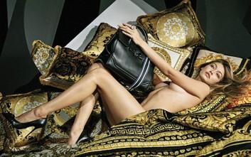 Η Gigi Hadid γυμνή στο κρεβάτι με μία τσάντα