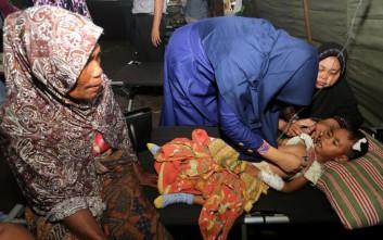 Αγωνιώδεις έρευνες στα συντρίμμια για εγκλωβισμένους από τον σεισμό στην Ινδονησία