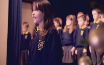 Αυτιστικό κορίτσι ερμηνεύει το «Hallelujah» του Κοέν και συγκινεί