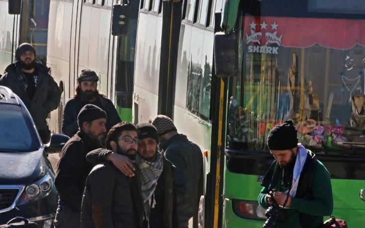 Καρέ-καρέ η αποχώρηση πολιτών και ανταρτών από το αιματοβαμμένο Χαλέπι