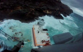 Ο καιρός δεν επιτρέπει στα ρυμουλκά να προσεγγίσουν το πλοίο στην Άνδρο
