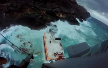 Η κακοκαιρία σταμάτησε την άντληση καυσίμων από το πλοίο στην Άνδρο