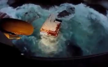Απίστευτες εικόνες από το φορτηγό πλοίο που προσάραξε στην Άνδρο