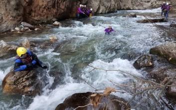 Διάσωση στα παγωμένα ορμητικά νερά του ποταμού