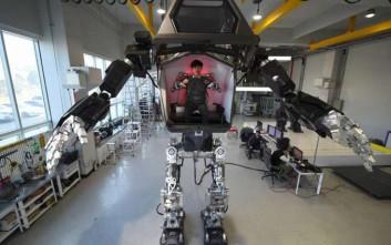 Τεράστιο ρομπότ βγαλμένο από το «Avatar» περπατά και το έδαφος σείεται